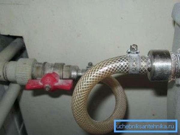 Отсоедините шланг подводки воды