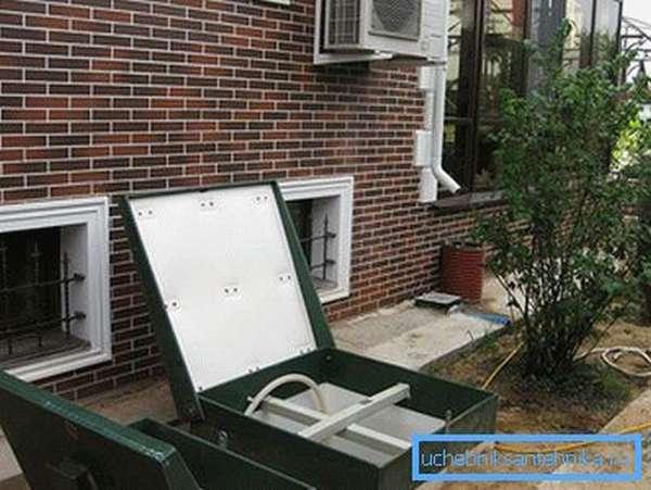 Отсутствие неприятных запахов позволяет установить септик возле дома