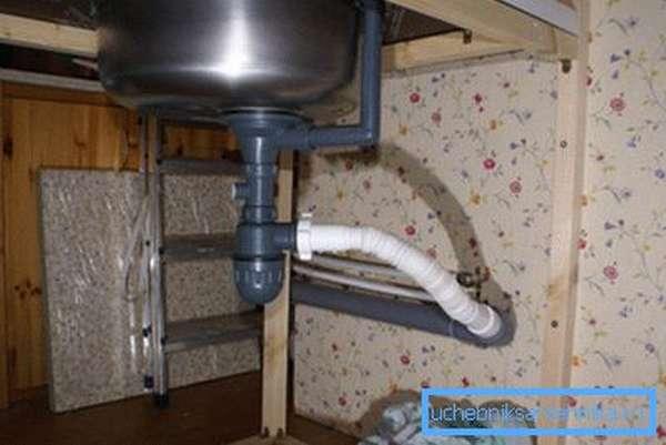 Отвод герметично соединяется с раструбом канализации.