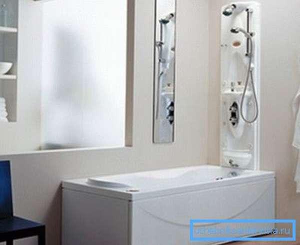 Панель гидромассажного душа, установленная над ванной.