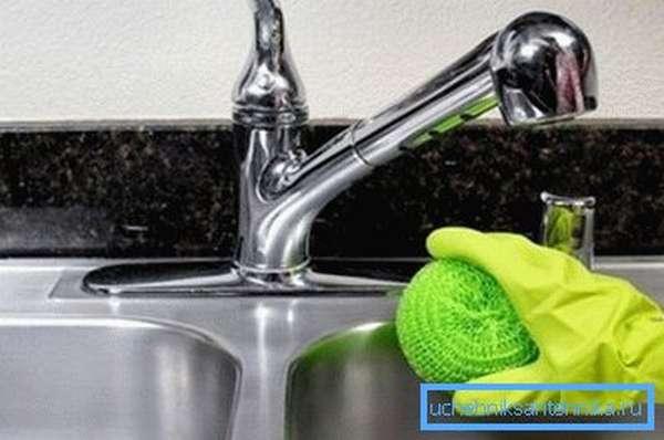 Перед тем, как почистить раковину из нержавейки, смойте твердые частицы.