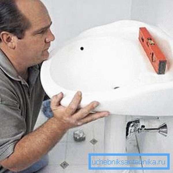 Перед тем, как правильно установить раковину в ванной, следует освободить для нее место.