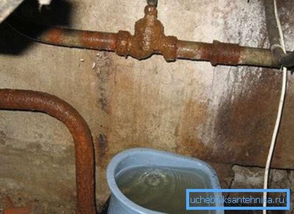 Перед тем, как производить работы необходимо позаботиться о том, чтобы вода не попадала на пол, поскольку даже небольшая утечка может привести к настоящему потопу