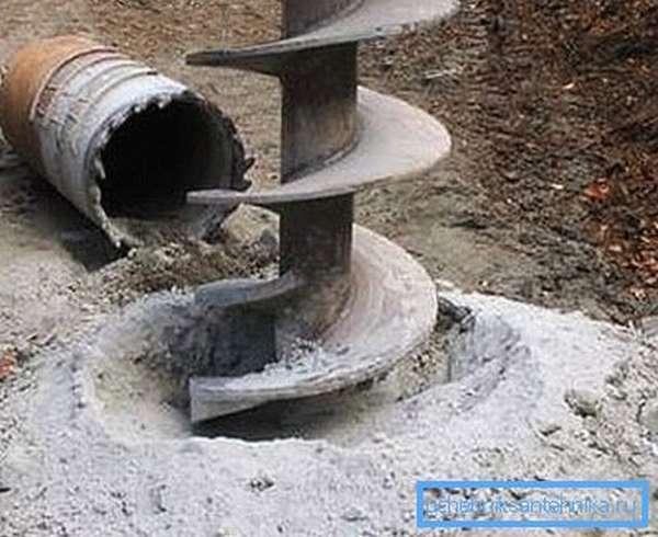 Перед тем, как в колодце пробурить скважину, следует выбрать способ бурения.