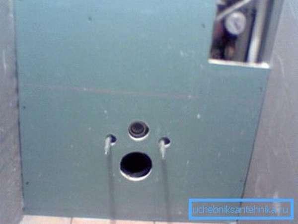 Перед укладкой плитки инсталляция закрывается гипсокартоном