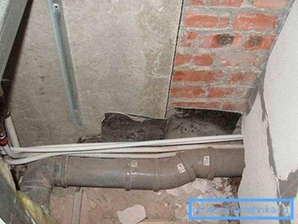 Удлиненная труба канализации для переноса унитаза на большое расстояние