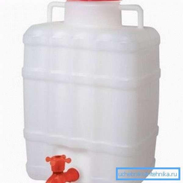Переносная пластиковая бочка для воды с краном