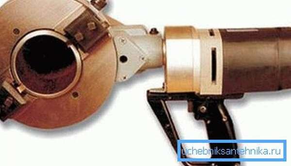 Переносной инструмент для резки труб