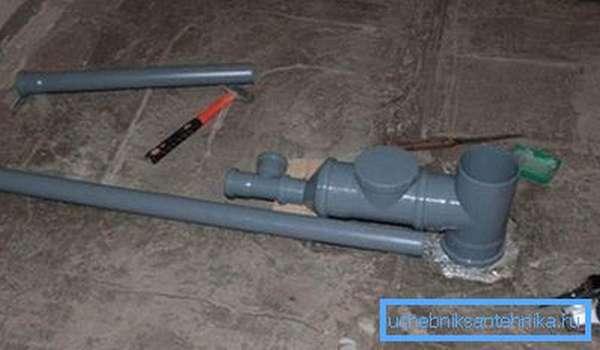 Первым делом обустраивается слив – герметизируем и фиксируем трубы