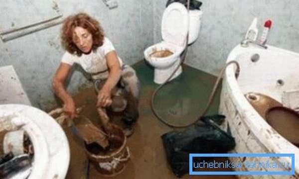 Плачевный результат образования засора в туалете – предотвратите его появление