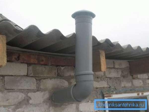 Пластиковая канализация вполне может заменить вентиляционные трубы. На фото она использована для организации вентканала в хозпостройке.