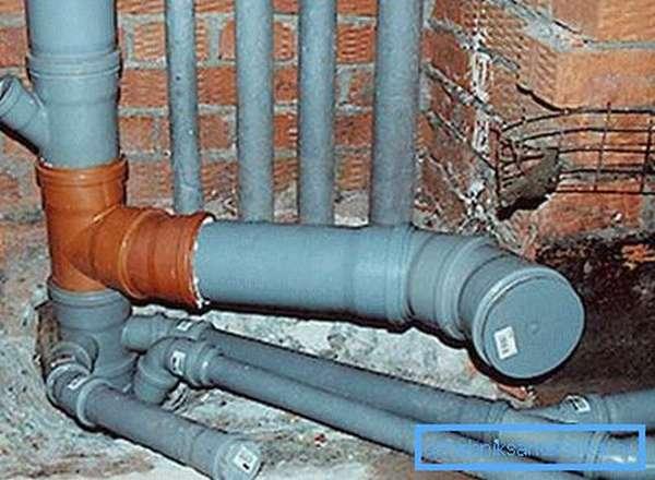 Пластиковая заглушка на канализационную трубу
