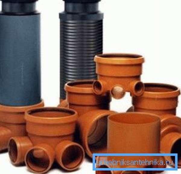 Пластиковые канализационные колодцы также имеют определенный диаметр, а конструкция их лотка зависит только от области применения и назначения конкретного устройства