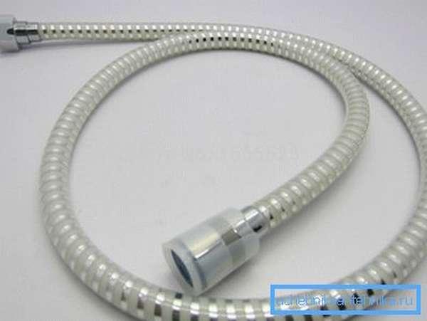 Пластиковые шланги долговечнее металлических с резиновым сердечником, но в холодной воде утрачивают гибкость.