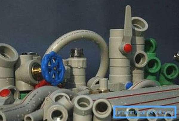 Пластиковые трубы – наиболее современные элементы водопровода.