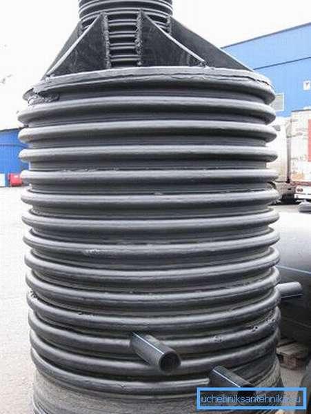 Пластиковый водопроводный колодец.