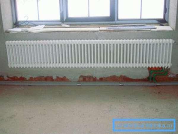 Под широким окном широкий радиатор будет вполне уместным