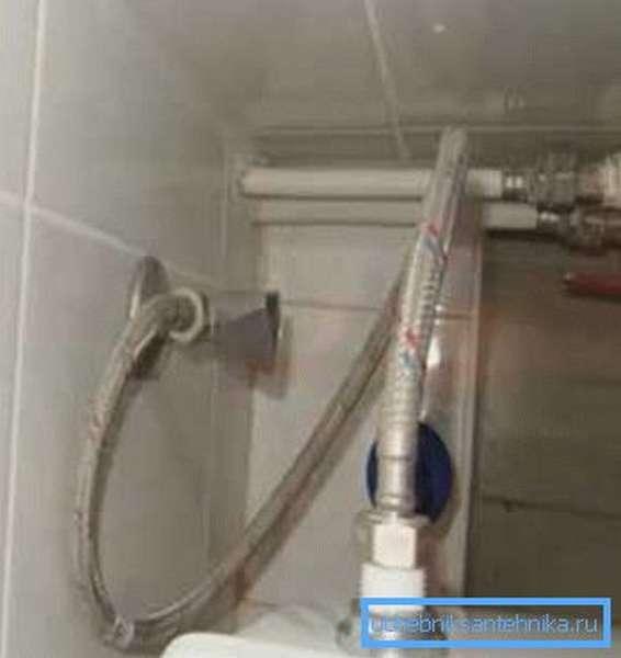 Подача воды организована по гибкой трубке