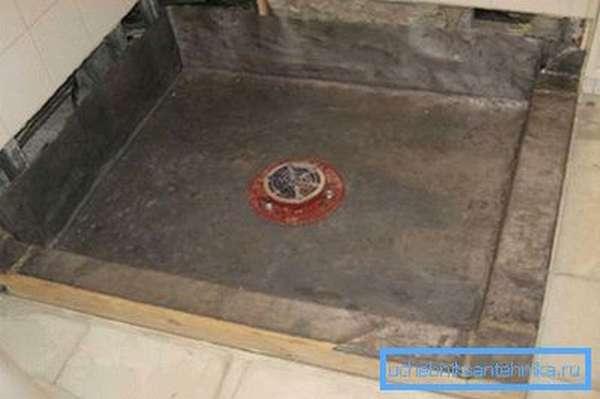 Подготовленное основание с гидроизоляцией и сливом: сюда может быть установлена душевая кабина с глубоким поддоном 90х90 см.