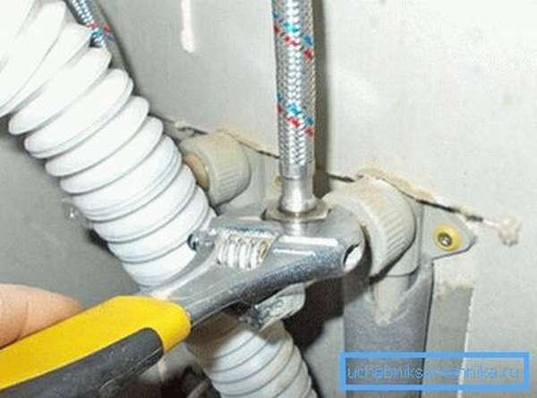 Подключаем водопроводные трубы.