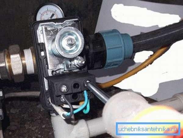 Подключение электрической части к регулятору давления.