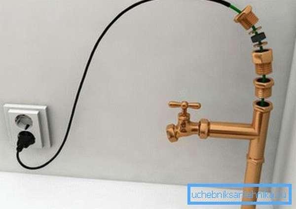 Подключение греющего кабеля для водопровода происходит к бытовой сети 220 В