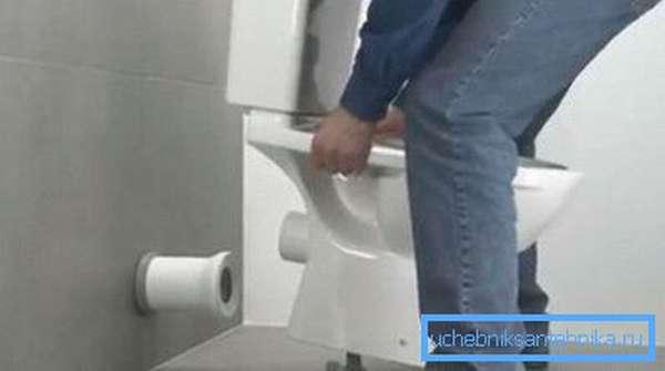 Подключение унитаза к канализации должно быть надежным и герметичным.