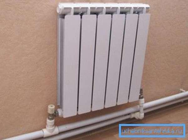 Подключенный к полипропиленовому трубопроводу радиатор