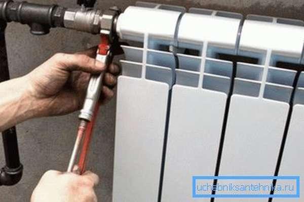 Подсоединяем трубопровод отопления к теплообменнику.