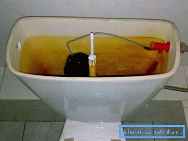 Подтекает вода в унитаз из бачка – пора менять фурнитуру