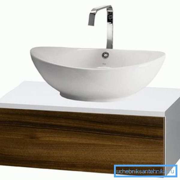 Подвесная раковина со шкафчиком, выполненная в минималистичном стиле