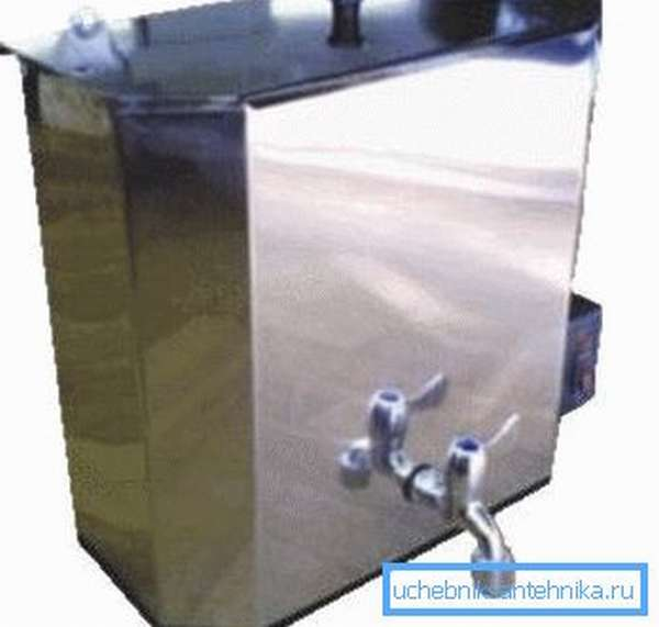 Подвесной бак для умывальника с подогревом из металла