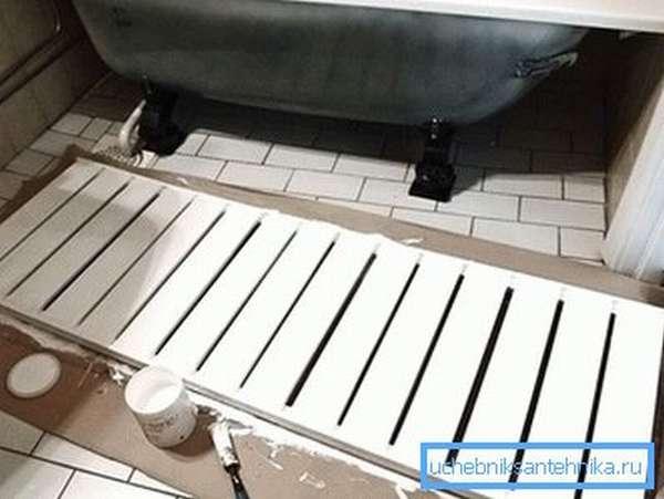 Покраска неподвижного деревянного экрана под ванну
