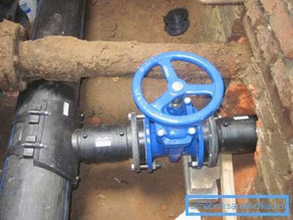 Полиэтиленовые трубы со сварными соединениями обеспечивают абсолютную герметичность водопровода.