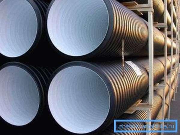 Полимерные материалы обладают идеально гладкой поверхностью, что положительно сказывается на эксплуатационных качествах стен