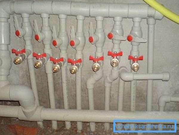 Полипропиленовый водопроводный коллектор с кранами