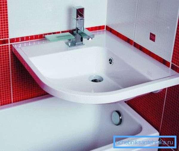 Полноразмерная раковина над ванной в небольшом санузле