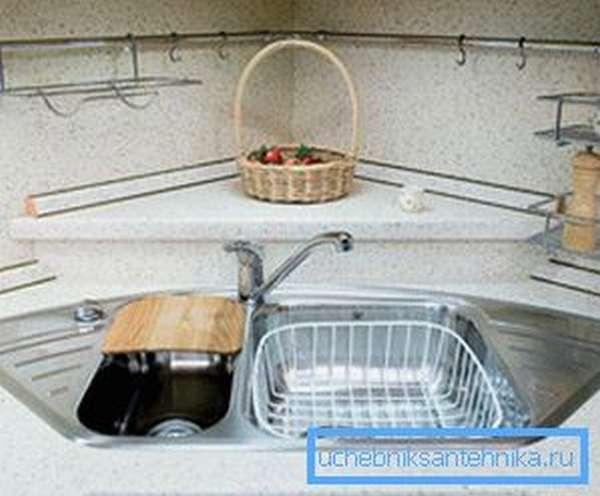 Полочка для продуктов или других предметов в углу за смесителем