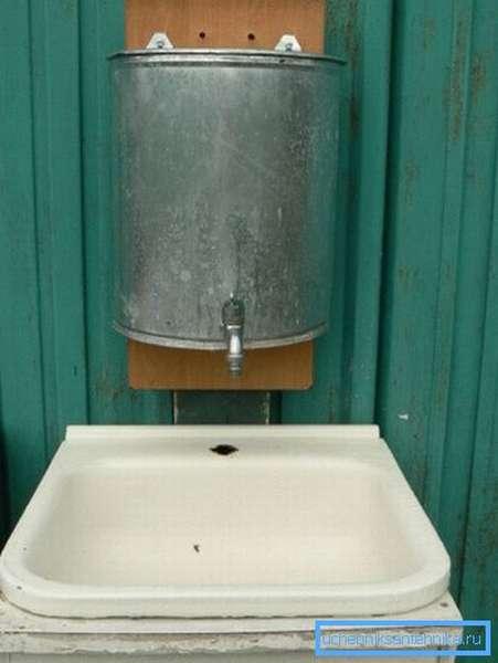 Пополнять запасы воды придется вручную.
