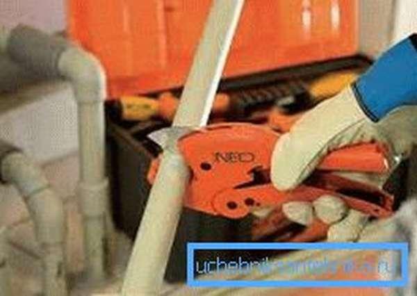 Порезка труб производится с помощью специальных ножниц