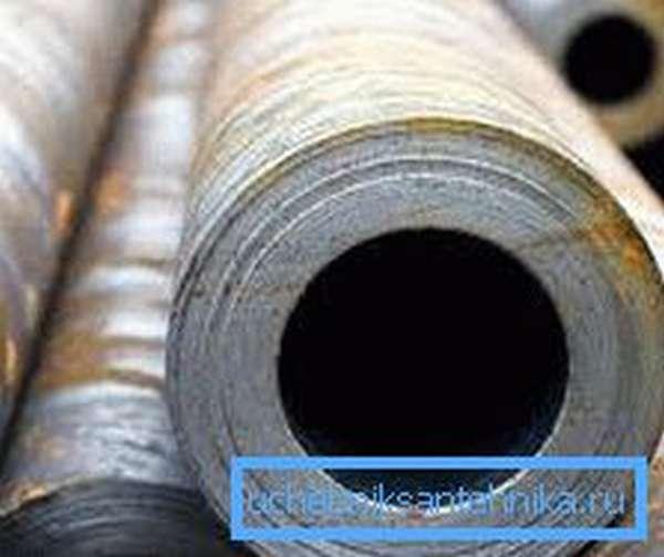 Порой можно встретить изделия с таким диаметром, которое создавалось путем сверления отверстия в цельном кругляке, но подобный способ применяют только для толстостенных труб