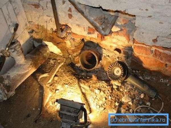 После демонтажа должен остаться только чугунный раструб вертикального стояка.