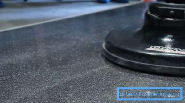 После ремонта производится шлифовка и полировка – это позволит сделать место ремонта практически незаметным
