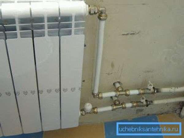 После сброса и последующего запуска отопления радиатор на фото будет завоздушен.