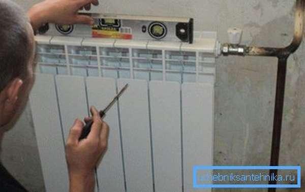 После установки батарея должна иметь небольшой наклон в сторону трубопровода.