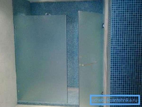 После установки проверьте работу механизма, положение двери и равномерность расстояний на стыках