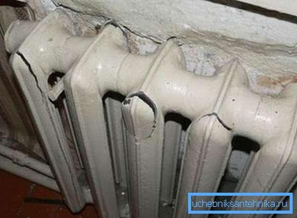 Последствия гидроудара, как на этом фото, характерны в первую очередь для высотных домов