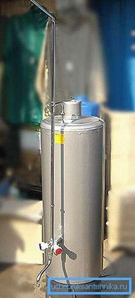 Посмотрите, как сделать душ в бане без водопровода - установите дровяную колонку и соедините ее дымоход с основным. Так вы сможете обеспечить себя горячей водой с минимальными затратами времени и средств