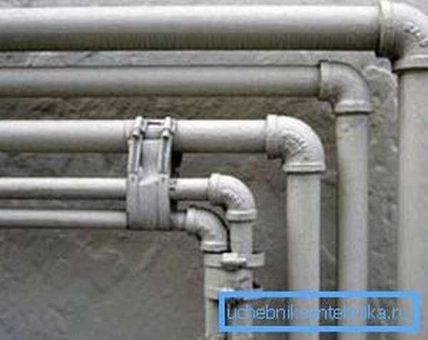 Практически все трубы такого типа нуждаются в защите от ржавчины, а значит, их проще всего окрасить