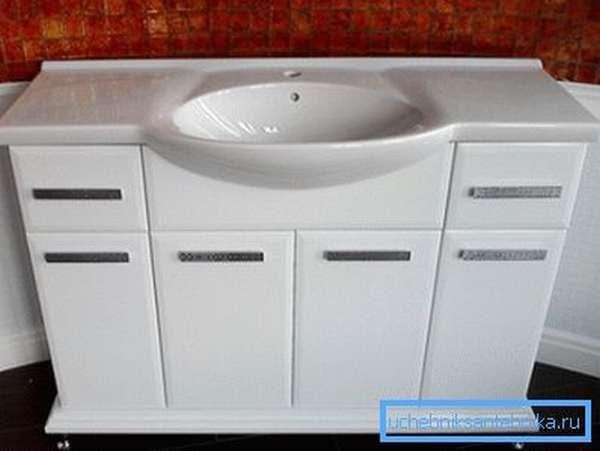 Представленная на фото модель хорошо подойдет для просторной ванной комнаты.